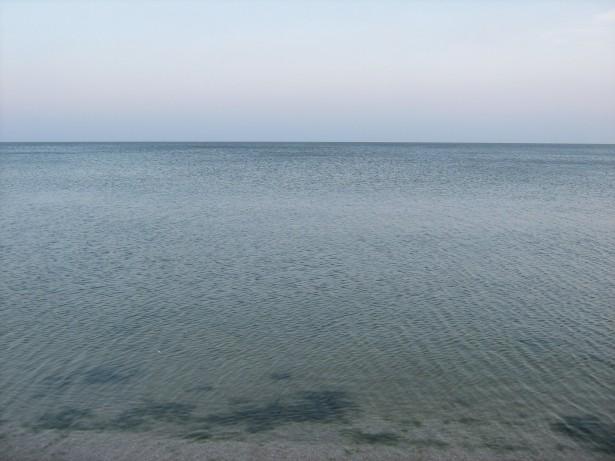 море, морская вода, горизонт, водоросли, чистая вода, песчаное дно, фотография, картинка в векторе